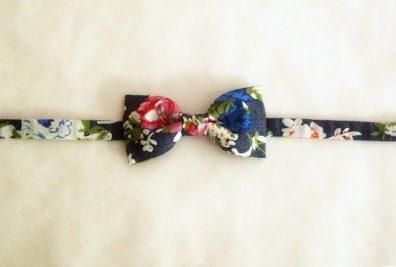 noeud papillon enfant motif fleur sur jeans